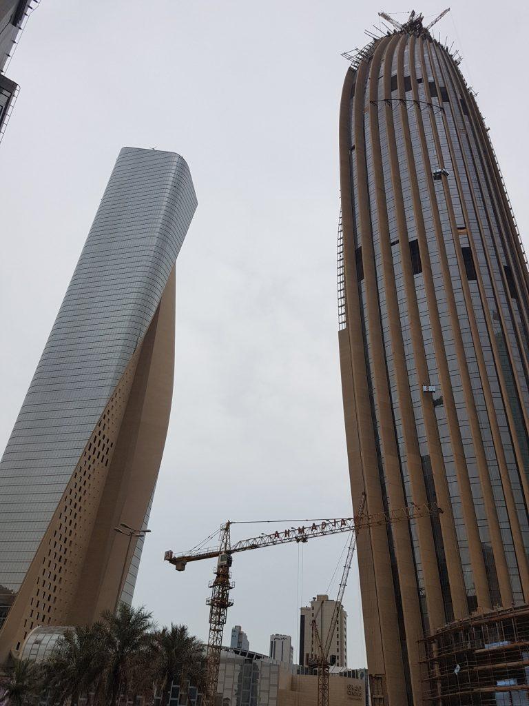 Arranha-céus em construção no centro da Cidade do Kuwait