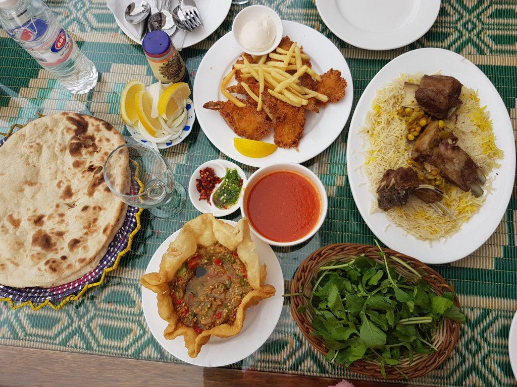 Refeição árabe em restaurante no souk