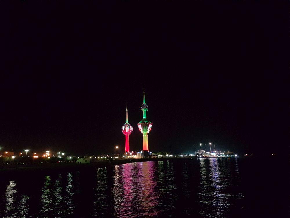Torres do Kuwait iluminadas com as cores da bandeira nacional