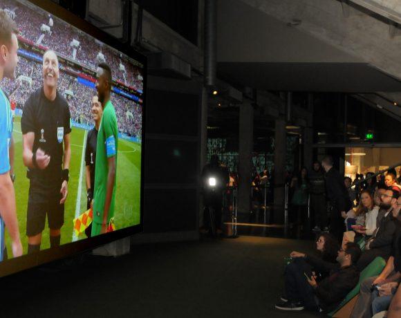 Torcida no jogo entre Arábia Saudita e Rússia, em transmissão no Museu do Futebol