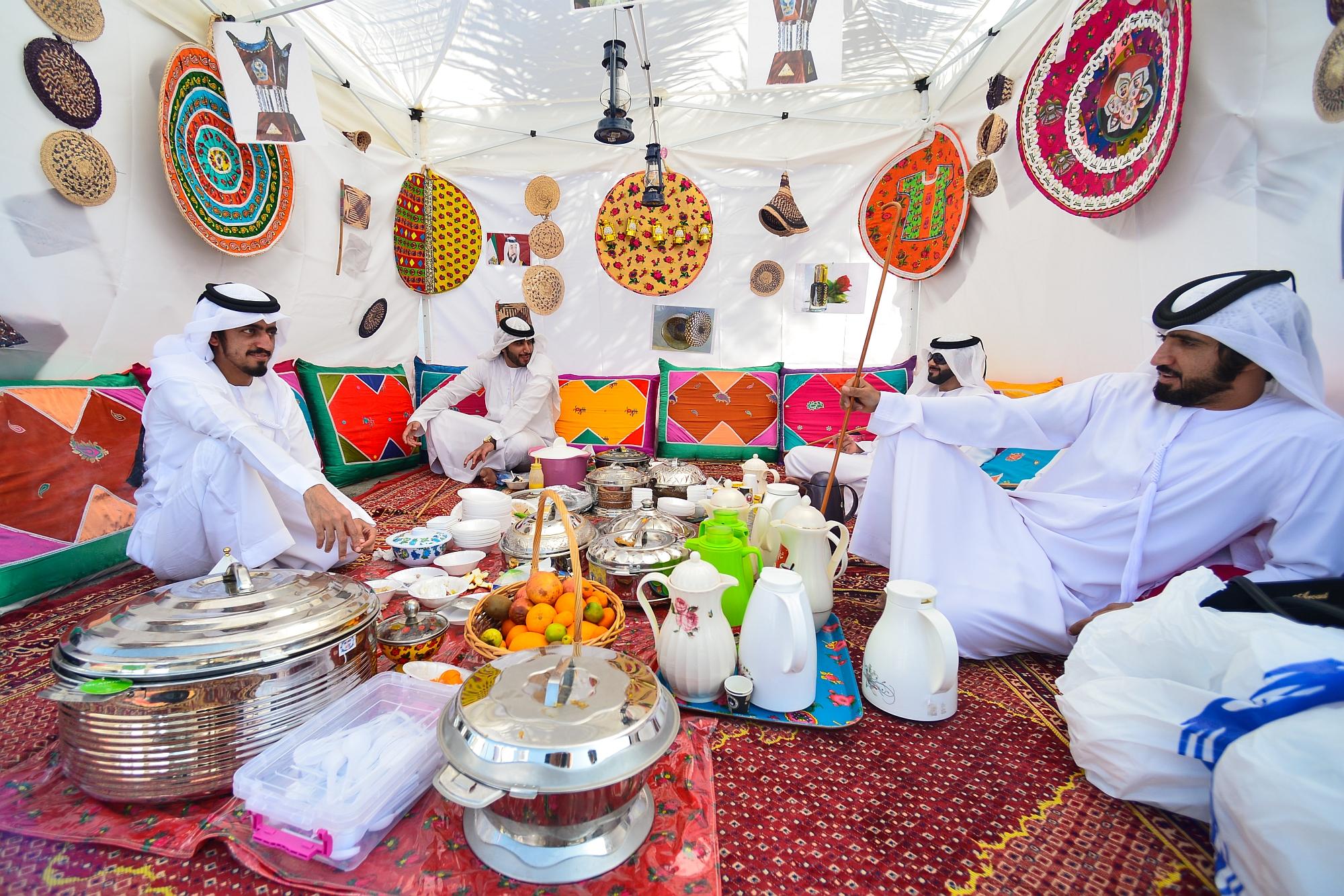 Homens partilham refeição tradicional em Ras Al Khaimah