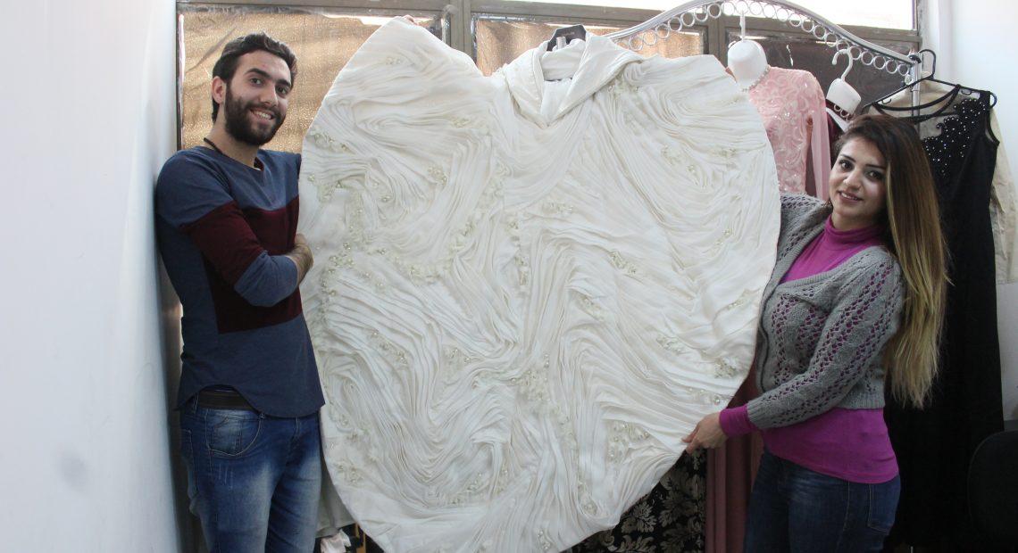 Refugiados sírios trabalham como estilistas