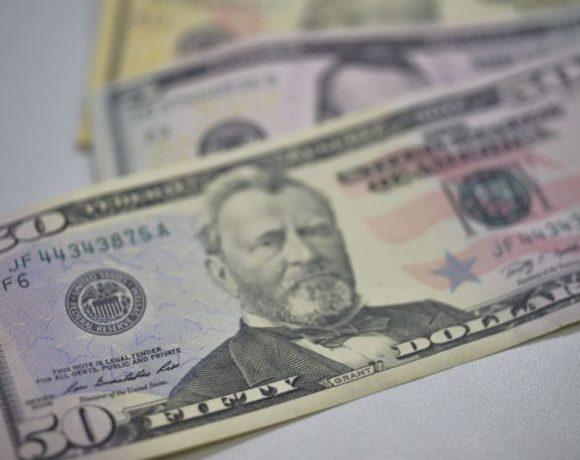 Dólar registra queda desde sexta-feira
