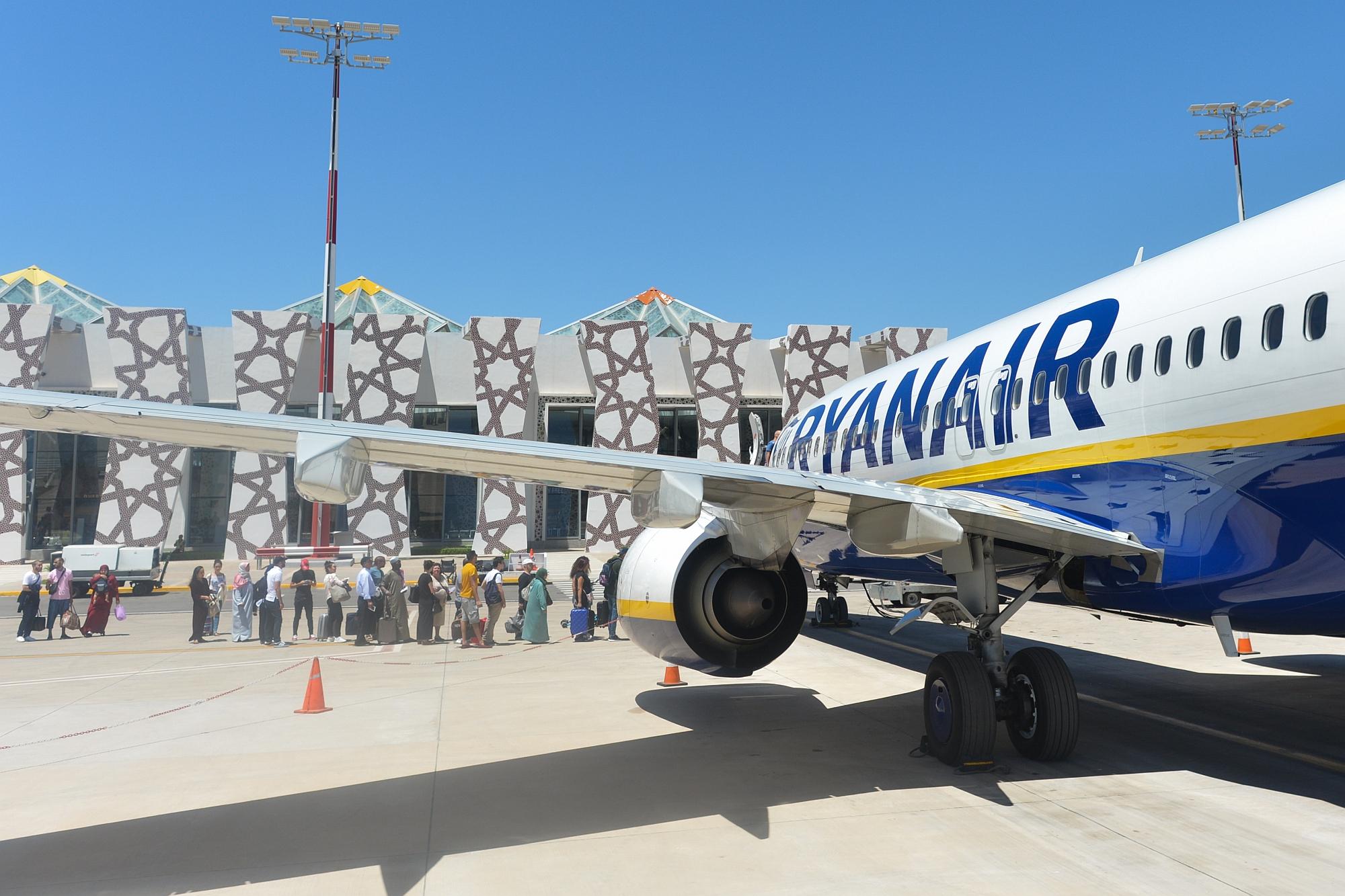 Passageiros embarcam no aeroporto de Fez, no Marrocos