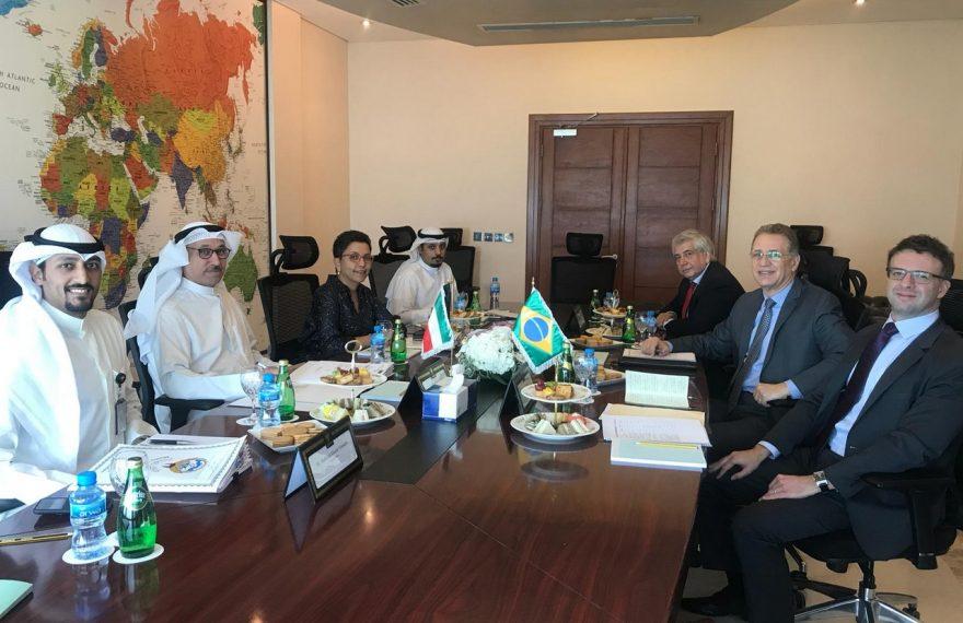 Reunião entre representantes do Kuwait (esq.) e do Brasil