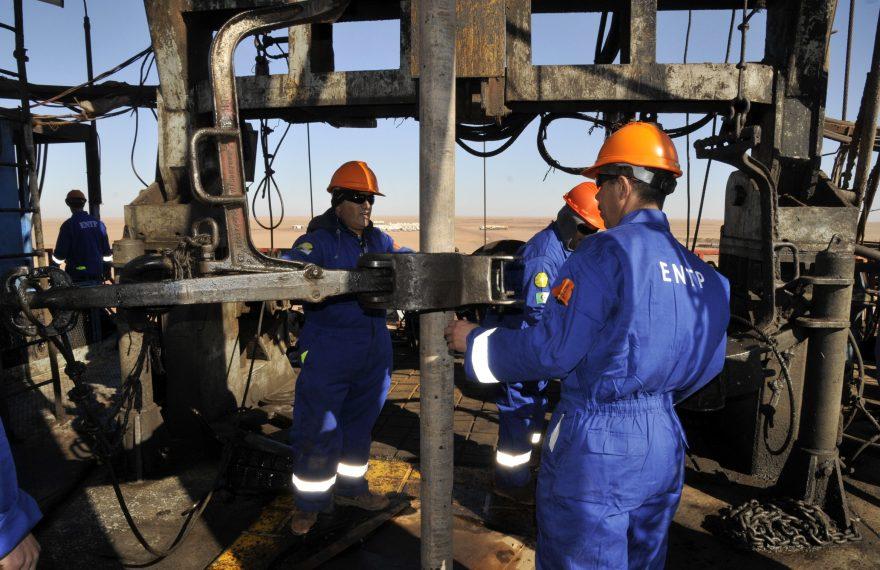 Operários trabalham em instalações da Sonatrach no Deserto do Saara