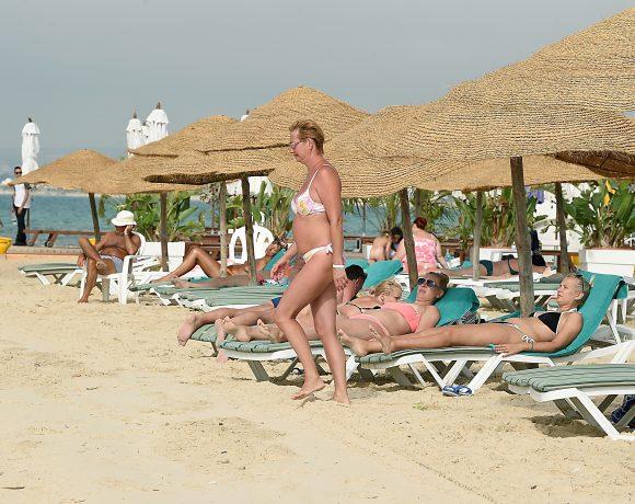 Banhistas em praia tunisiana. Turismo vive retomada no país