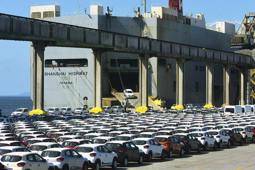 Embarque de veículos no Porto de Paranaguá