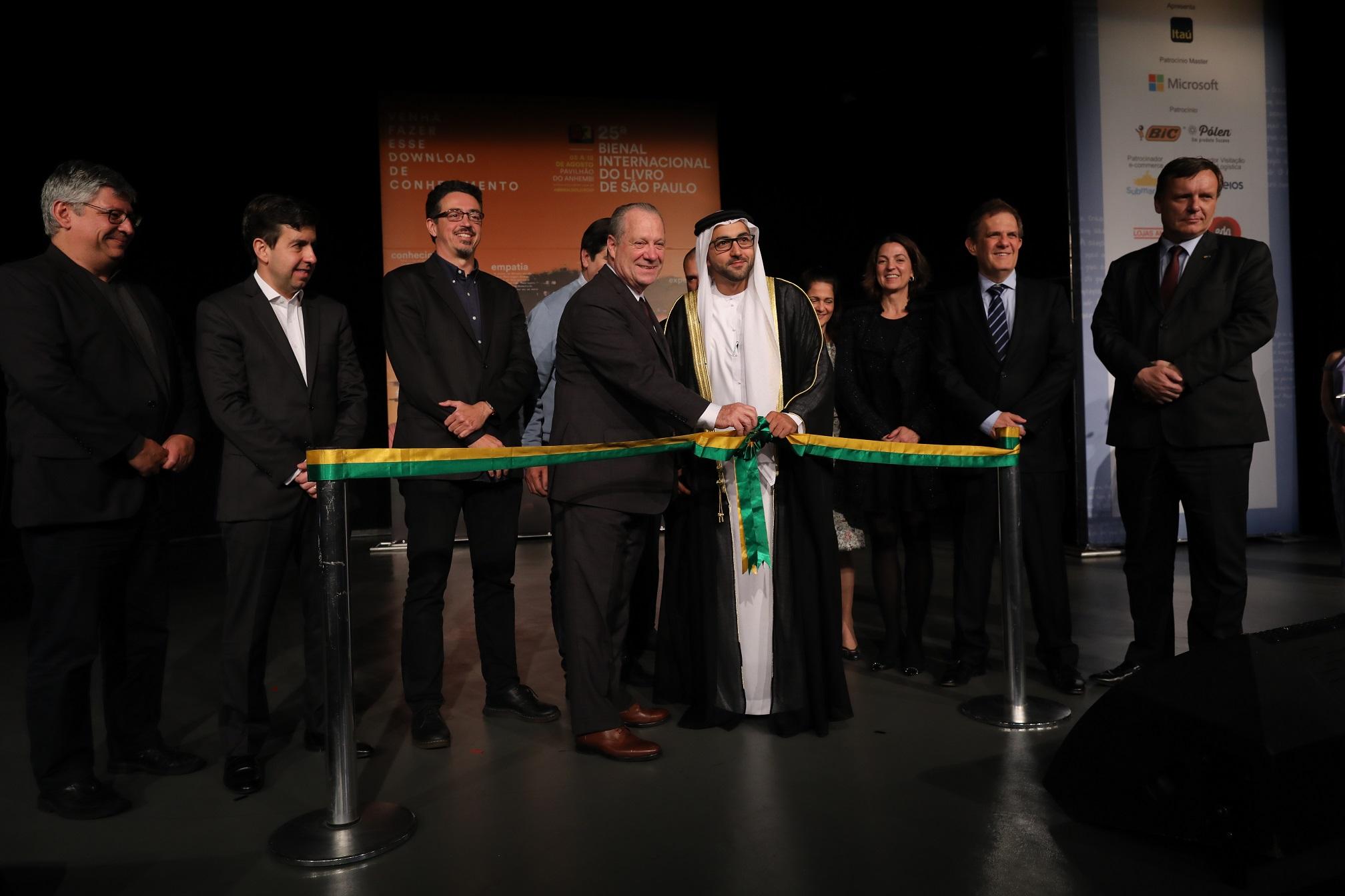 Luís Antonio Torelli (esq., cortando a fita) ao lado de Fahim Al Qasimi, de Sharjah