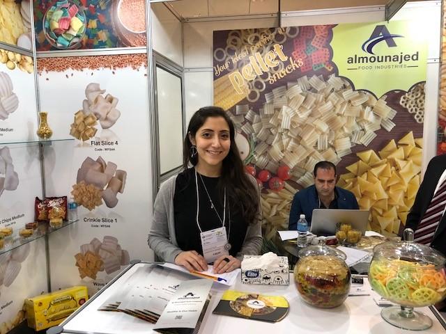 Fatina Almounajed na feira de alimentos