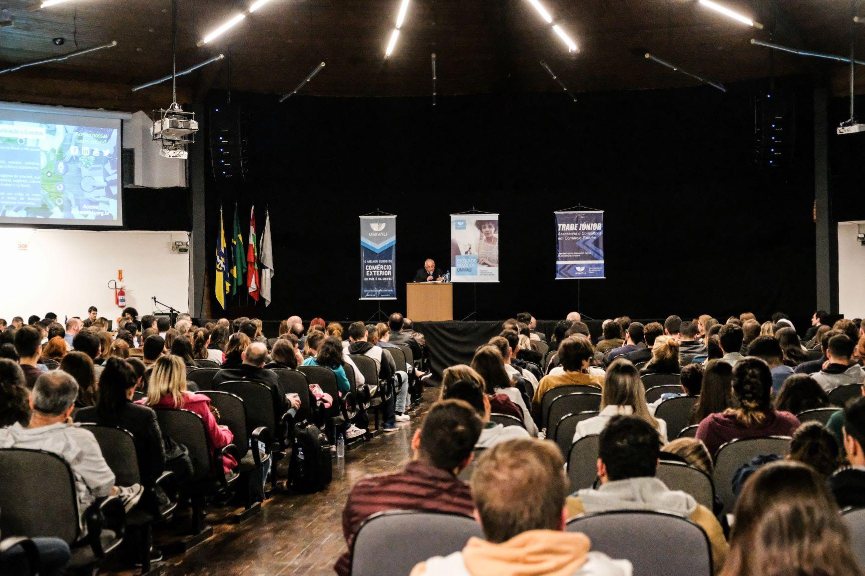 Palestra de Michel Alaby, da Câmara Árabe, na Univali, em Itajaí