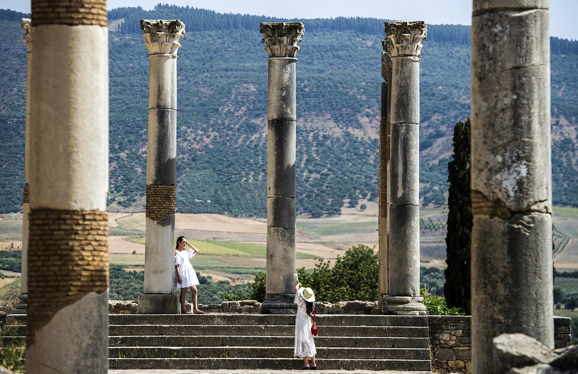 Turistas visitam as ruínas romanas de Volubilis, no Marrocos