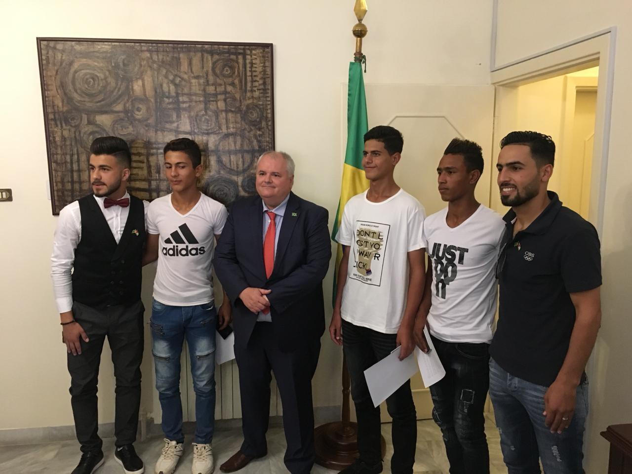 Os jogadores de futebol sírios e o embaixador Francisco Luz (C)