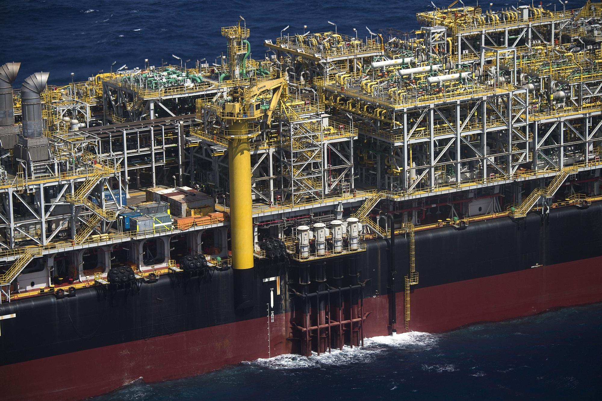 Plataforma de petróleo opera no pré-sal