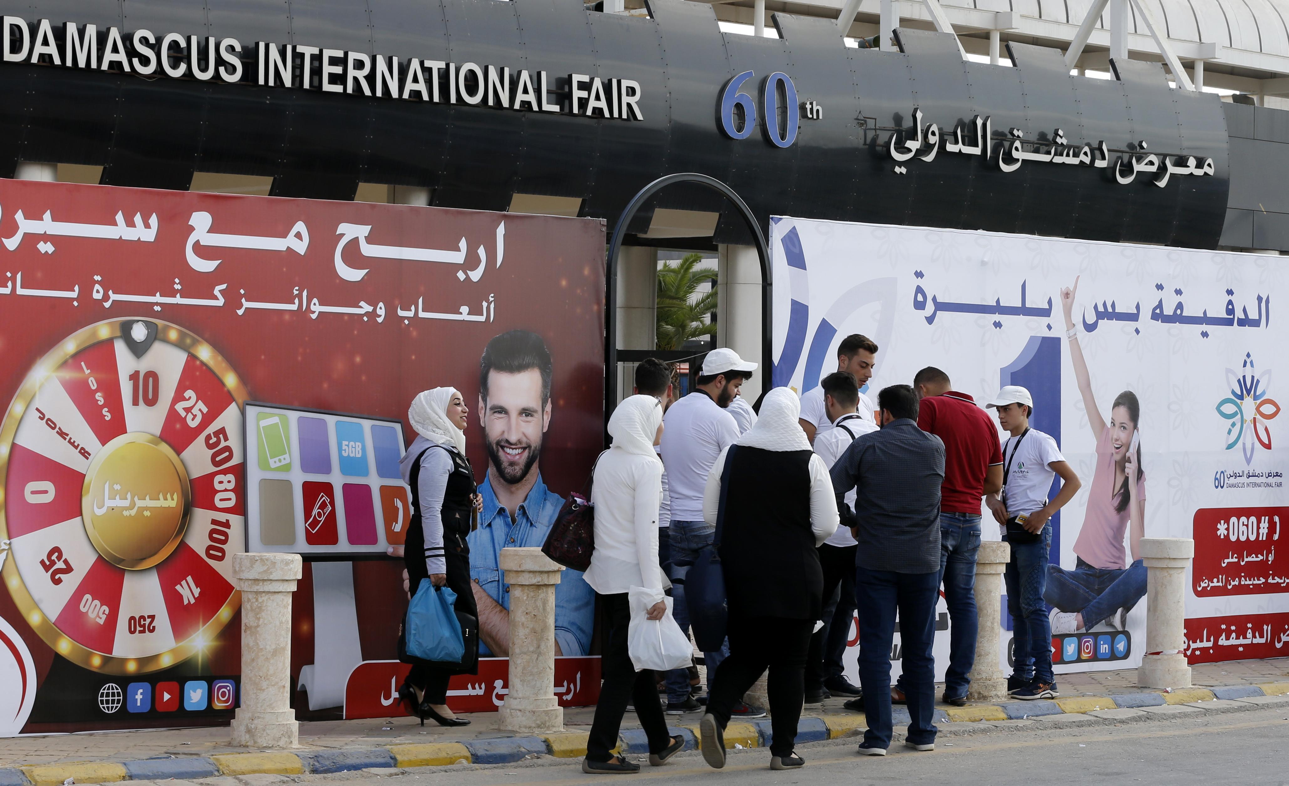 Visitantes chegam à Feira de Damasco. Empresário negocia produtos Lorenzetti