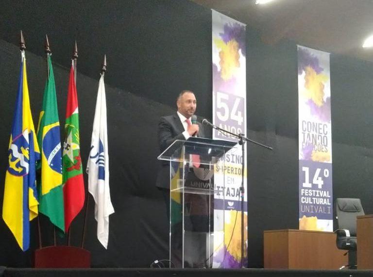 Mansour fala para universitários em Itajaí