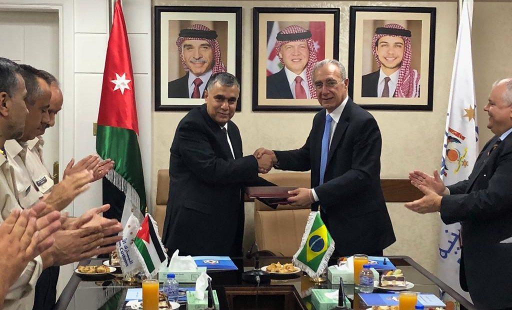 Al Rahamnah (esq.) e Hannun firmaram acordo de certificação digital