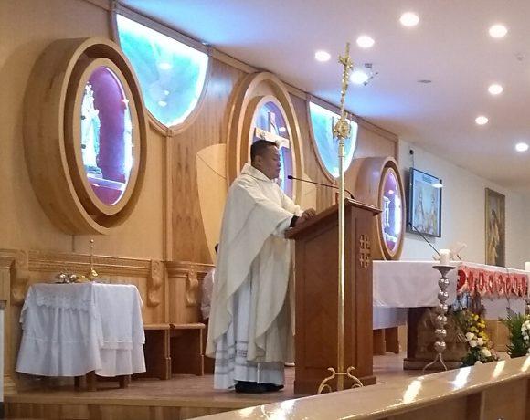 Padre filipino Michael Cadhit reza missa em português