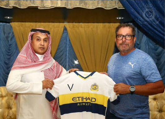 Almesbil (esq.), supervisor do Al Nassr, e Sabbatini, treinador de vôlei
