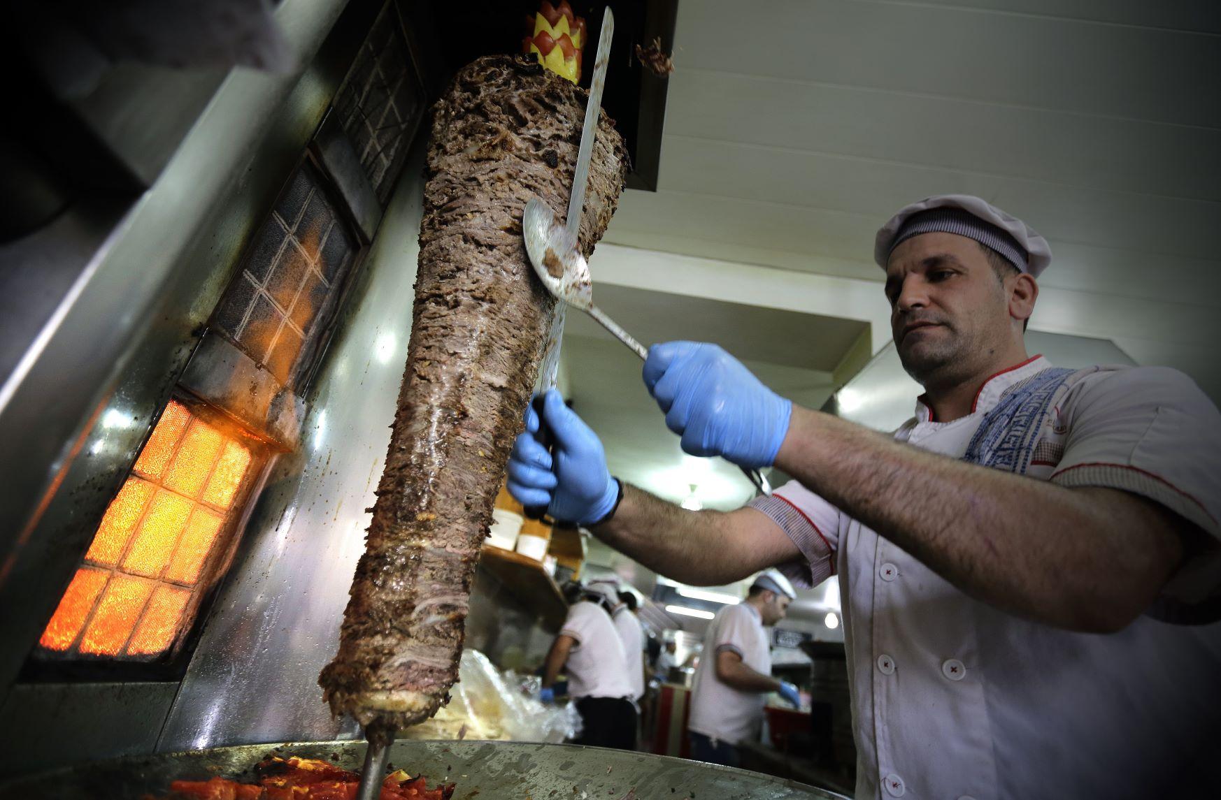 Cozinheiro prepara shawarma de carne bovina em Jounieh, no Líbano