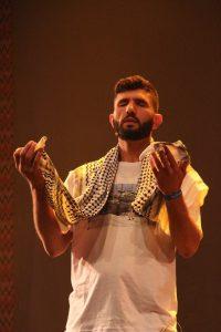 Ator vive no Brasil há quatro, onde cursou aulas de teatro e desenvolveu parte de seu repertório