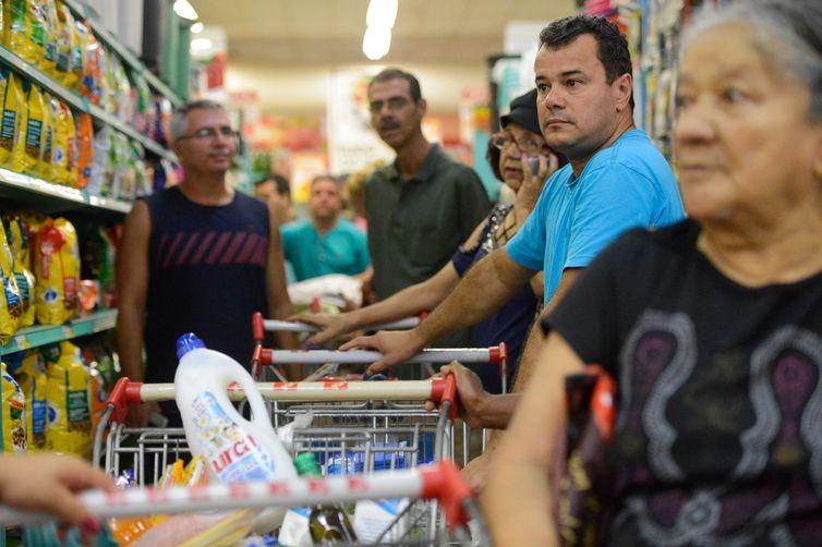 Consumo das famílias cresceu 1,2% e impulsionou avanço do PIB, diz FGV