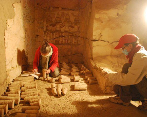 Pesquisadores trabalham em tumba no Egito