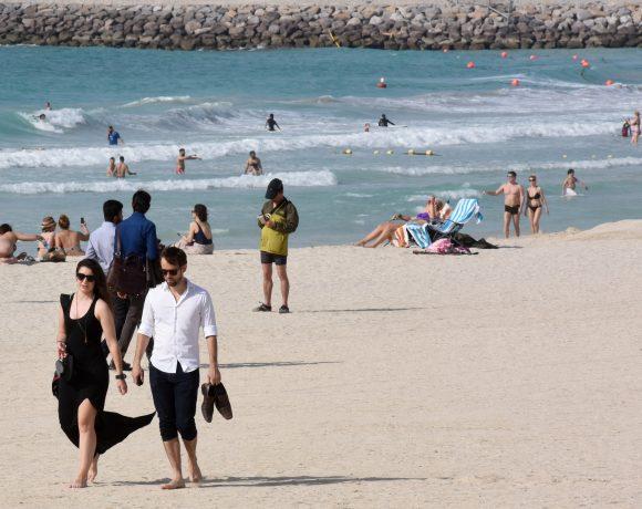 Turistas em praia de Dubai