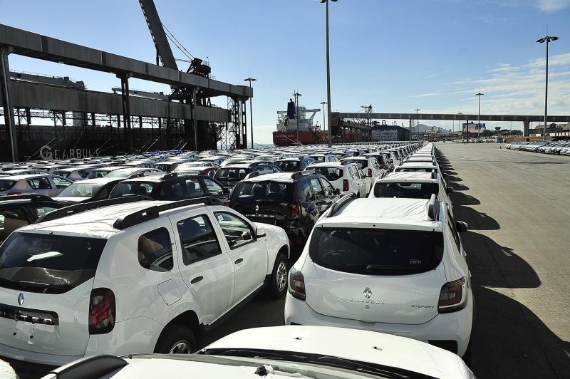 Veículos aguardam embarque no Porto de Paranaguá