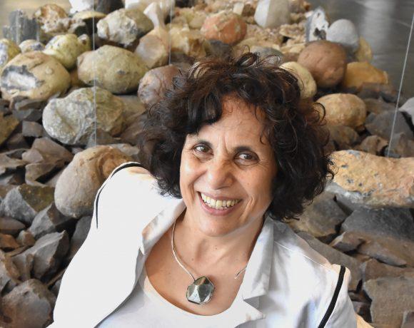 A artista Denise Milan em meio à sua obra na Bienal