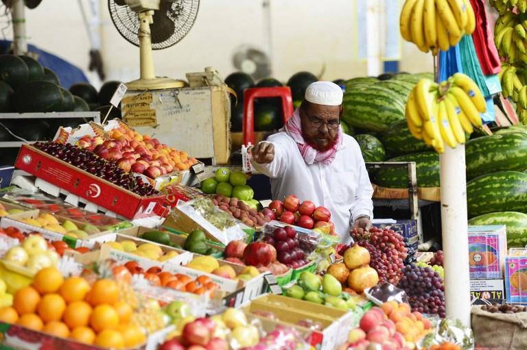 Vendedor de alimentos em mercado de Deira, bairro de Dubai