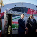 Macron (dir.) e Mohammed VI na inauguração do trem