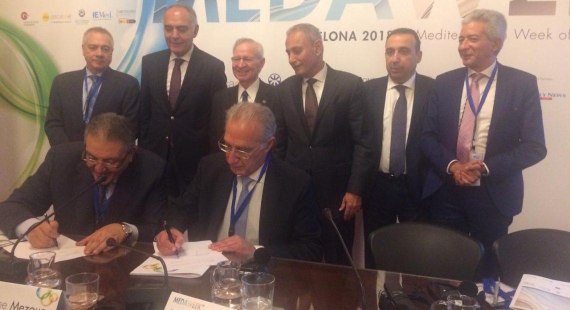 Wakil (esq.) e Hannun assinam acordo em evento de câmaras do Mediterrâneo