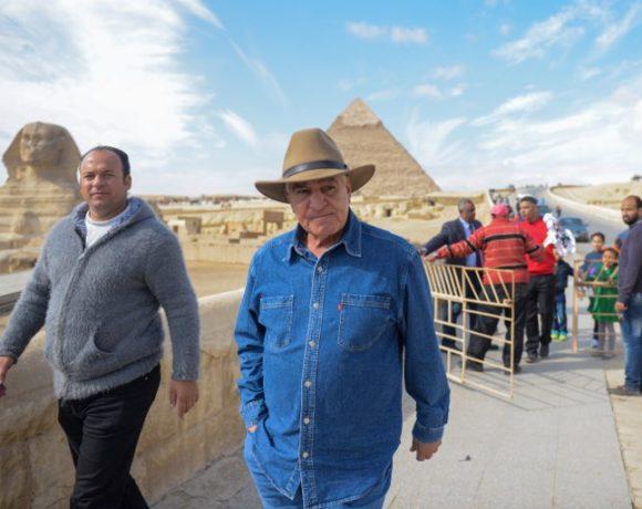 Zahi Hawass (de chapéu) em Giza