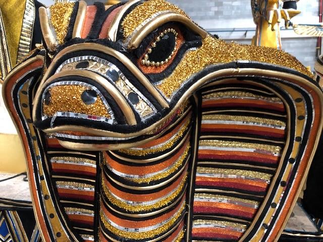 Detalhe de carro alegórico. Zahi Hawass visitou a escola