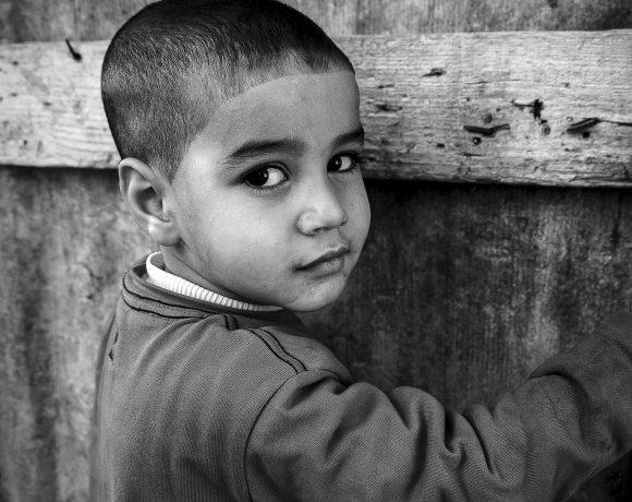 Criança em foto de Karine Garcêz, imagem que integra mostra sobre 'al Nakba'