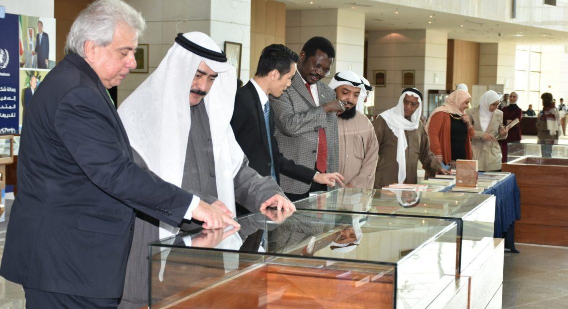 Norto Rapesta (esq.) e Kamel Sulaiman Al-Abduljalil na Biblioteca Nacional do Kuwait