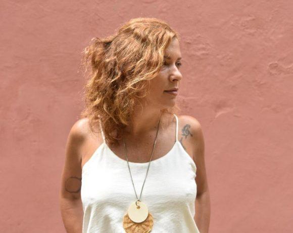 Nascida no Rio de Janeiro, Caro Ferrer morou em Natal (RN) e em Fortaleza (CE), e trabalha com ritmos nordestinos desde seu primeiro álbum