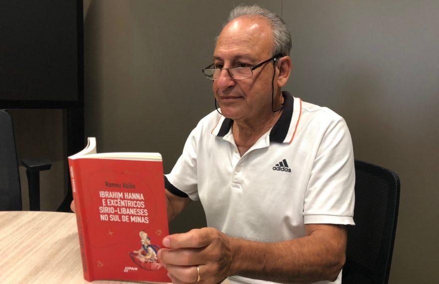 Romeu Abílio mostra seu livro
