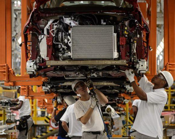 Produção de veículos em fábrica da Nissan