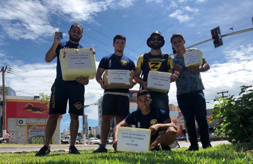 O atleta Kaike Angelim e outros lutadores de jiu-jitsu venderam água nos semáforos de Cuiabá (MT).