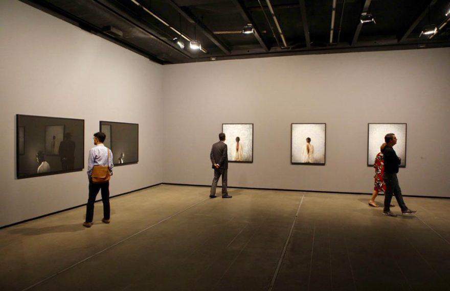 Visitantes na exposição 'Taswir, a fotografia árabe contemporânea'