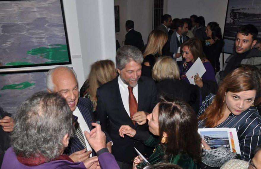 O príncipe brasileiro (C) na abertura da exposição