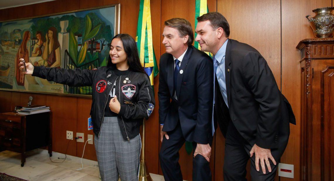 Alia Al Mansoori com Jair e Flávio Bolsonaro