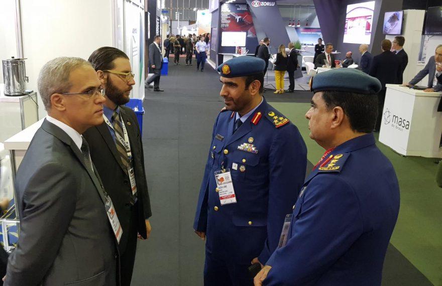 Representantes da Abimde (esq.) conversam com militares dos Emirados Árabes na Laad