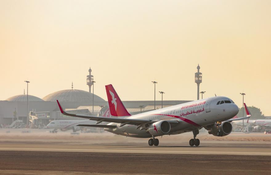 Avião da Air Arabia decola do Aeroporto de Sharjah