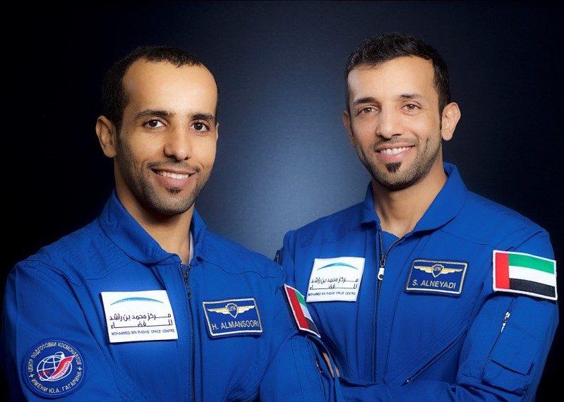 Mansoori (esq.) e Neyadi. Astronauta vai à Estação Espacial