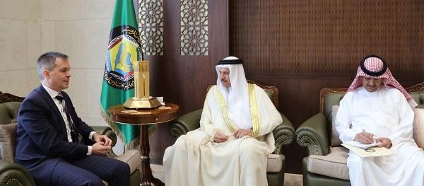 O embaixador do Brasil (esq.) e o secretário-geral do GCC (C)