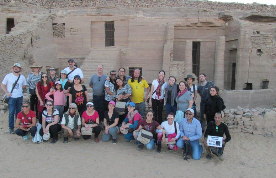 Grupo em frente a tumbas em Assuã, Egito
