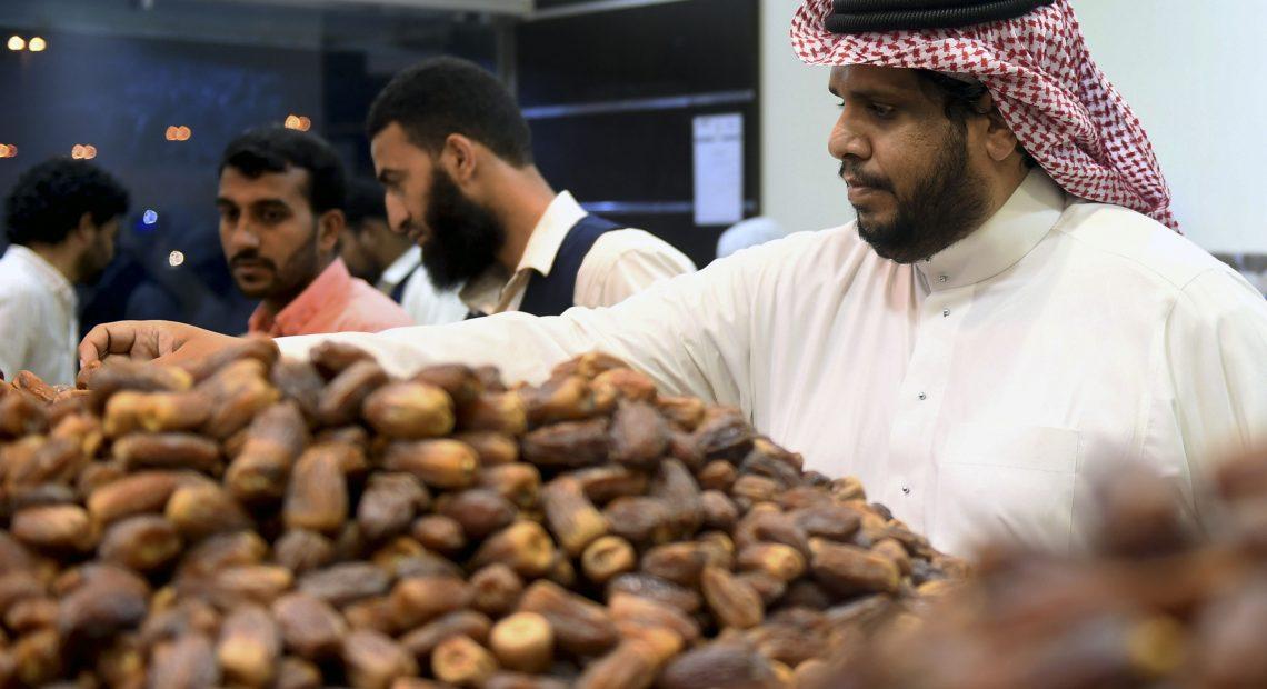 É costume iniciar a alimentação com tâmara e seguir com banquetes para reunir parentes e amigos durante o Ramadã
